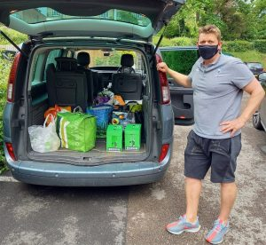Read more about the article Very good neighbours collect a car-ful of food